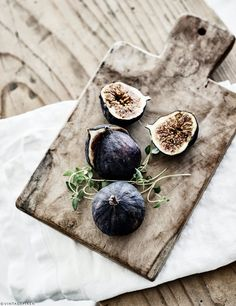 Figs in dark purple on a wooden plate - A great example of beautiful food styling. Food Styling, Food Photography Styling, Good Food, Yummy Food, Purple Home, Food Presentation, Fruits And Veggies, Food Pictures, Food Art