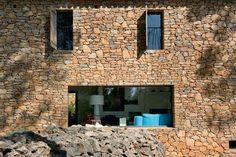 Une baie vitrée taillée dans la pierre