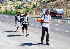 ANTALYA'dan 4 kişi, Gezi Parkı olaylarına ilişkin yaklaşık bin kilometrelik 'Adalet Yürüyüşü' başlattı. Antalya Cumhuriyet Meydanı'ndan başlayıp İstanbul Gezi Parkı'na kadar sürmesi planlanan yürüyüşte protestocular, Burdur'un Çeltikçi İlçesi'ne ulaştı. http://www.dha.com.tr/antalyadan-gezi-parkina-adalet-yuruyusu_501576.html