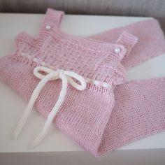 """#sparkebukse til baby fra boka #strikktilsmårollinger #gustavogberta Lagde uten """"sokker"""" og knappene litt annerledes. Men den ble for stor til nyfødt når jeg vasket den, mere 6 mndr. #alpakkasilke #sandnesgarn #babystrikk #ullstrikk"""