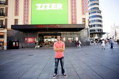 Nacho León de ZIZER con logo en la pantalla de Callao de Callao City Lights. By 21carminas.com para zizer.es