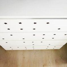 Taśma izolacyjna ➕ dziurkacz 👉 gwiezdna komoda w pokoju dzieci #handmade #easy #simple #diy #doityourself #DIY #tape #commode #scandinaviandesign  #bw #minimalism #myhome #kidsroom #black #white #blackandwhite #home #minimalistic #stars #babyroom #pokójdziecięcy #zróbtosam #łatwo #czarnobiało #decoration