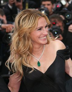 Julia Roberts stepped onto the red carpet of Cannes Film Festival wearing a Chopard high jewelry necklace part of a emerald collection. Julia Roberts, Carpet Trends, Carpet Ideas, Luxury Cars For Sale, Celebrity Jewelry, Festival 2016, Jewelry Model, Red Carpet Looks, Grey Carpet
