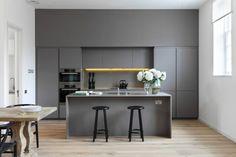 home staging cuisine, cuisine repeinte, murs en gris perle et blanc, deux tabourets en bois peint en noir, table en style antique en marbre, parquet clair