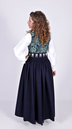 Nordmørsbunad med blø-grønn kalemank. Norwegian Clothing, Classy And Fabulous, Ethnic Fashion, Cute Designs, Trees To Plant, High Waisted Skirt, Cool Outfits, Costumes, Stylish