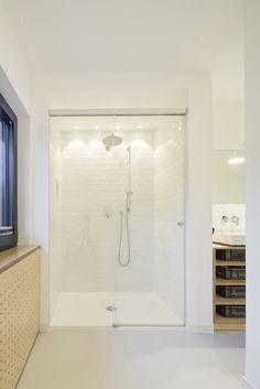 HAUS K | UMBAU UND SANIERUNG |  bodengleiche Dusche mit Mayolica Fliesen von Living Ceramics