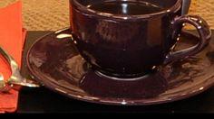 Poner agua en un cazo a hervir.  Añadir las especias y la cáscara de naranja. Dejar hervir y al final echar el café.