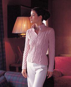 Tidløs trøje, der kræver lidt af strikkeren, men er arbejdet værd. Den sidder flot og har en elegant krave. Her er den strikket i uld/bomuld, men ren uld kan også bruges. Pinde 3½-4. Læs mere ...