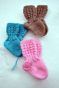 Ravelry: Lise-Loten pikkuiset sukat pattern by Paula Loukola Knitting For Charity, Knitting For Kids, Knitting Socks, Hand Knitting, Knit Baby Dress, Knit Baby Booties, Crochet Baby Shoes, Baby Boy Knitting Patterns, Baby Patterns