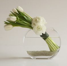 white tulips in slim bubble vase - simple elegance - Tulpen Tulips In Vase, White Tulips, Flower Vases, White Flowers, Tulips Flowers, White Flower Arrangements, Ikebana Arrangements, Floral Centerpieces, Tulip Wedding
