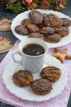Rețeta simplă de turtă dulce cu ciocolată. Turtă dulce cu miere, foarte aromată, învelită în ciocolată neagră. Turtă dulce de casă. Pretzel Bites, Bread, Cooking, Cakes, Food, Gourmet, Recipes, Sweet Treats, Meal