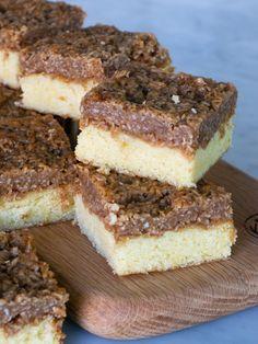 Dansk drömkaka | Brinken bakar Sweet Recipes, Cake Recipes, Apple Pie Bars, Fika, Food Cakes, Dessert Bars, No Bake Cake, Tiramisu, Deserts