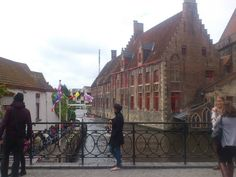 If Bruges, Belgium is beautiful, its charm is multiplied by the various water bodies running through the city. The decorations in the streets, buildings and shops, make a charming witches. Miss chocolates in its stores, which are delicious and take a walk around the city, without a map, as every street and every corner of the dash will surprise you. No city is so fascinating, so charming, so cultural as the UNESCO World Heritage City of Bruges.