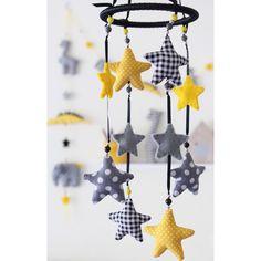 Handgemaakte mobiel met verschillende gekleurde sterretjes. Een vrolijke aanvulling voor iedere kinderkamer. In verschillende trendkleuren verkrijgbaar. Prijs €30,95