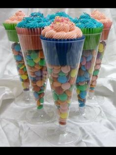 Funny pictures about Cupcakes in dollar store champagne flutes. Oh, and cool pics about Cupcakes in dollar store champagne flutes. Also, Cupcakes in dollar store champagne flutes. Snacks Für Party, Party Desserts, Champagne Flutes, Champagne Cupcakes, Champagne Party, Toasting Flutes, Champagne Birthday, Cheap Champagne, Sweet Champagne