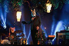 """Neben seiner Tätigkeit in Film- und Fernsehproduktionen hat sich Jan Josef Liefers auch eine Karriere als Musiker aufgebaut. Seit 2006 ist er mit seiner Band Radio Doria (vormals Jan Josef Liefers & Oblivion) regelmäßig auf Tournee und im August letzten Jahres gab es ein neues Album auf die Ohren. Mit""""Die freie Stimme der Schlaflosigkeit"""" ( …"""
