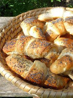 Editiny plundrové rohlíčky---Suroviny:  250 g hladké mouky 110-120 g vody 70 g másla špetka soli 10 g cukru 10-13 g droždí  Na potření a posyp: troška mléka moučkový cukr mák Hot Dog Buns, Hot Dogs, Ciabatta, Bagel, Croissant, Food And Drink, Bread, Crescent Roll, Croissants