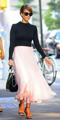 Jessica Alba Style & Outfits Ralph Lauren Collection Sweater and Pink Skirt Look For Less Look Fashion, Fashion Beauty, Autumn Fashion, Womens Fashion, Latest Fashion, Girl Fashion, Fashion Story, Beauty Style, 90s Fashion