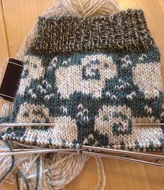 stickfia's Fårbete - Ravelry: stickfia's Fårbete Att göra en boll av garn - Fair Isle Knitting, Knitting Socks, Knitting Needles, Knitted Hats, Knitting Videos, Knitting Projects, Drops Design, Punto Fair Isle, Knitting Patterns