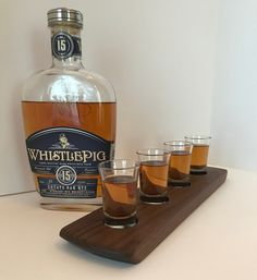 Whisky Whiskey Bourbon Tasting Flight - Solid Walnut 4 Shot Glass Serving Tray - Can Be Personalized! Whisky Tasting, Wine Tasting, Bourbon Whiskey, Scotch Whisky, Whiskey Bottle, Vodka Bottle, Color Streaks, Tasting Table, Walnut Wood