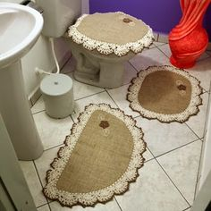 Gosto de Fazer:   Jogo de Tapetes para Banheiro, 3 peças. Medidas:... Hobbies And Crafts, Diy And Crafts, Arts And Crafts, Burlap Projects, Burlap Table Runners, Decoupage Vintage, Sewing Aprons, Burlap Crafts, Butterfly Crafts
