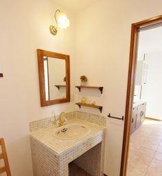 まっ白な塗り壁がかわいいフレンチカントリーの家 Sink, Mirror, Bathroom, Frame, Furniture, Home Decor, Mexican, Sink Tops, Washroom