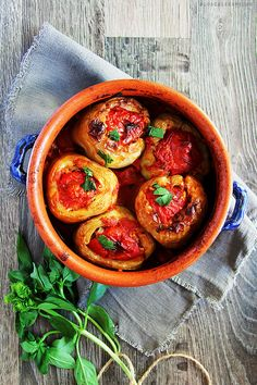 Summer vegetables at their best - fresh peppers stuffed with aromatic rice, bathed in ripe tomato sauce. (in Romanian) Veggie Dishes, Veggie Recipes, Diet Recipes, Vegetarian Recipes, Greek Recipes, Italian Recipes, I Love Food, Good Food, Yummy Food