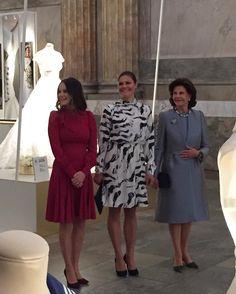 """Två prinsessor och en drottning! Sofia, Victoria och Silvia är på plats för att inviga utställningen """"Kungliga bröllopsklänningar 1976-2015"""" 👑 #crownprincessvictoria #princesssofia #queen #royaldress #weddingdress"""