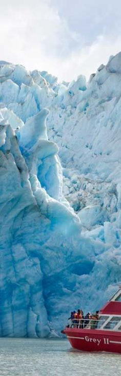 Grey Glacier, Patagonia - Chile. Es un glaciar localizado en la parte occidental del Parque nacional Torres del Paine, Chile,  que forma parte de los Campos de Hielo Sur. Es una masa de hielo de 6 kilómetros de ancho y más de 30 metros de altura dividido en dos frentes. En 1996 tenía una superficie total de 270 km² y una longitud de 28 kilómetros.  XII Región de Magallanes y Antártica Chilena.