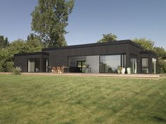 North of Copenhagen, one finds this new-built holiday home, constructed as three boxes fused seamlessly into one. The holiday home is the result of a collaboration between designer Emil Thorup and Kalmar-huse. Together, they have created a fascinating house with contrasting materials as a recurring design feature. The combination of light and dark wood and …