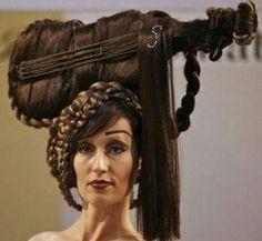 """Chi ha detto che andare dal parrucchiere contribuisca a migliorare il nostro aspetto? Ecco una carrellata dei peggiori tagli di capelli rintracciabili in Rete, tra cotonature improbabili e acconciature """"a tema"""" (sì, una folta chioma può essere trasformata in fiocco o chitarra"""