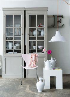 Combineer zachte kleuren met rechte lijnen: schilder een vitrinekast in een zachte kleur en etaleer er je mooiste spullen in.