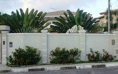 Muros e grades residenciais – 25 inspirações modernas Front Wall Design, House Fence Design, Exterior Wall Design, Modern Fence Design, House Outside Design, Door Gate Design, Backyard Garden Design, Concrete Fence Wall, Boundry Wall