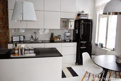moderni,keittiö,ruokailutilat,keittiötasot,keittiönkaapit,keittiön sisustus,mausteet,jääkaappi,kodinkoneet,tyylikäs,mustavalkoinen