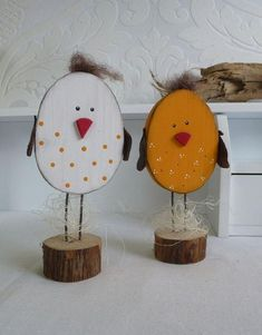 Diese niedlichen Hühnchen sind in jeder Osterdeko ein kleines Highlight. Sagen … These cute little chickens are a little highlight in every Easter decoration. Tell them if you would like to have a different color. The pedestal is a tree disc which is … Wood Slice Crafts, Wooden Crafts, Diy And Crafts, Crafts For Kids, Easter Art, Easter Crafts, Easter Eggs, Spring Crafts, Holiday Crafts