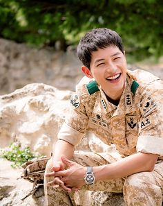 Descendants of the Sun, the Korean drama. Song Joong Ki as Yoo Shi Jin Song Hye Kyo as Kang Mo Yeon Jin Goo as Seo Dae Young Kim Ji Won as Yoon Myeong Joo My Gifs Park Hae Jin, Park Seo Joon, Korean Star, Korean Men, Asian Actors, Korean Actors, Korean Dramas, Song Joong Ki Cute, Soon Joong Ki