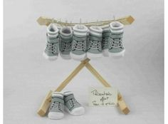 Dragées Baptême - Chaussette basket grise avec dragées de baptême garçon