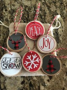 This super cute set of six wood slice Christmas ornaments feature retro twine and come in a holiday decorated storage bag – making them a thoughtful housewarming gift! Wonderfully rustic with a hand painted background and seasonal vinyl graphics. Vinyl Ornaments, Diy Christmas Ornaments, Christmas Projects, Holiday Crafts, Christmas Decorations, Christmas Ideas, Christmas Rock, All Things Christmas, Christmas Storage