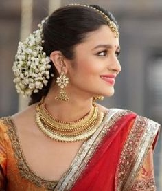 Alia bhatt - kırmızı bollywood в 2019 г. alia bhatt saree, a Bollywood Celebrities, Bollywood Actress, Indian Bollywood, Alia Bhatt Saree, Traditional Hairstyle, Indian Look, Indian Style, Bride Look, Wedding Looks