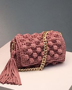 Feel stylish with V&R new Chic & Unique collection. Crochet Clutch, Crochet Handbags, Crochet Purses, Crochet Bags, Crochet Diy, Love Crochet, Macrame Bag, New Chic, Knitted Bags