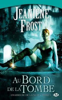 Au bord de la tombe est le premier tome de la série Chasseuse de la nuit, écrite par Jeaniène Frost et publiée aux éditions Milady. J'étais un peu dubitative en entamant ce roman car ça faisa…