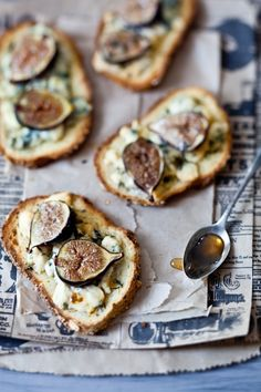 Ingredients:   8 slices of bread  1/2 cup (4 oz) crumbled gorgonzola  8 figs, halved  1 teaspoon fresh chopped thyme  2 1/2 tablespoons ...