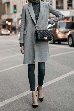 нейтральные сочетания в одежде, прямой пальто, джинсы