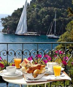 Bom diaaaa {} Café da manhã com uma vista assim é sempre melhor  Positano Itália
