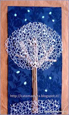 Un rettangolo di tessuto,   un ritaglio di rete bianca   (da fioraio),   cartoncino ondulato   (che si trova all'interno  delle scato...