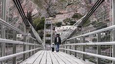 Padre e hija cruzando el puente de Iruya, 2012