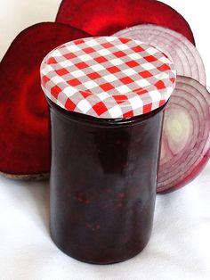 Červená řepa s červenou cibulí v tmavém balsamiku