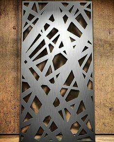 Painéis metálicos vazados em aço inox escovado. Disponíveis também em aço carbono, aço inox, cobre, alumínio, Corten.  Dimensões máxima 1,15x2,90m.  Solicite já o seu!  #studiometaldecor #imagemilustrativa