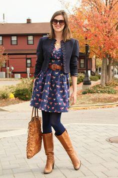 Vestido azul marino, medias azules, botas color camel y saco azul