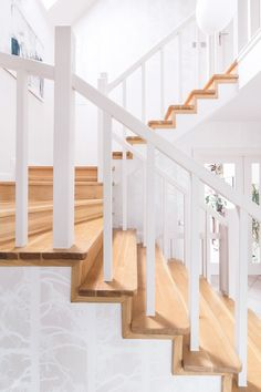 Białe schody w aranżacji House Stairs, Stairway To Heaven, Stairways, Home Decor, Mac, Lifestyle, Dreams, Banisters, Staircases